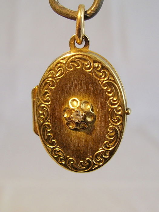 Antique gold Victorian medallion pendant with diamond trim of approx. 0.05 ct.