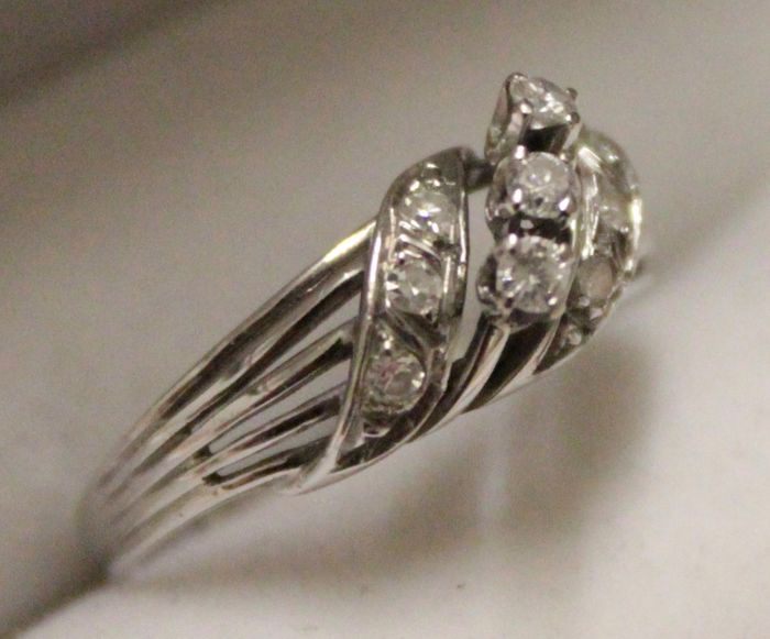 14 kt white-gold ring, set with diamonds, ring size 19
