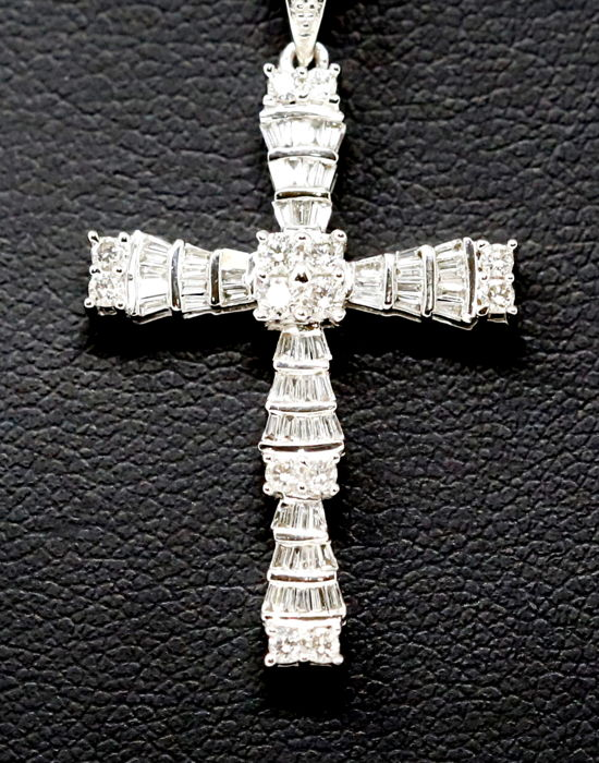 18 kt white gold necklace with cross pendant with diamonds totalling 1.7 ct
