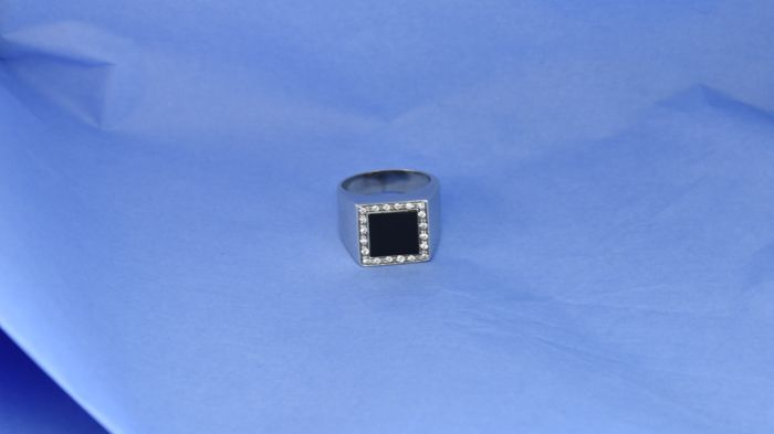 Ring in 18 kt white gold, onyx and diamonds