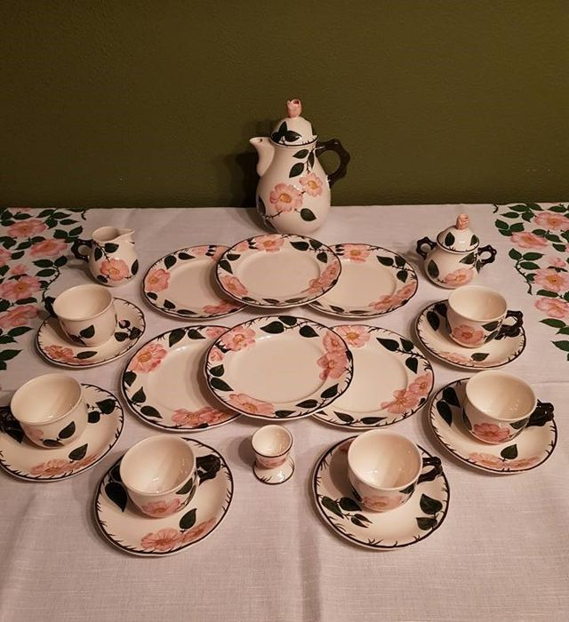 Villeroy & Boch, Wild Rose: 22 parts for tea / coffee set and a matching tablecloth.