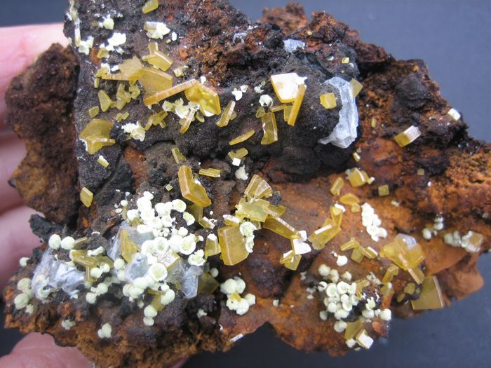 Wulfenite and mimetite - 8 x 5,2 x 4,7 cm - 128 gm