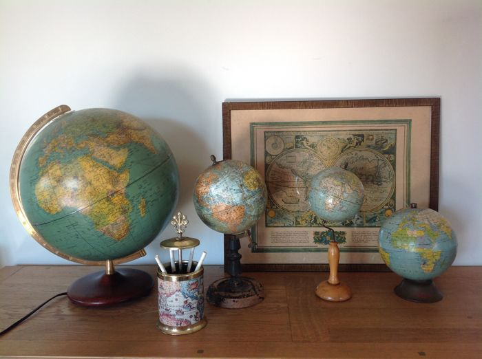 Collection globes  globe 1 terrestre lightening duplex Columbus  globe 2 terrrestre papier mache - globe 3 J!Forest geographe 1925-globe 4 parena 1958 - frame a new and accurat map of the world - sigaretdispender