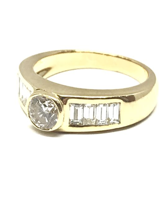 Ring in 18 kt yellow gold diamonds colour H/VS2. Central stone of 0.48 ct + 8 baguette cut diamonds totalling 0.7 ct H/VS2, size 51, free resizing