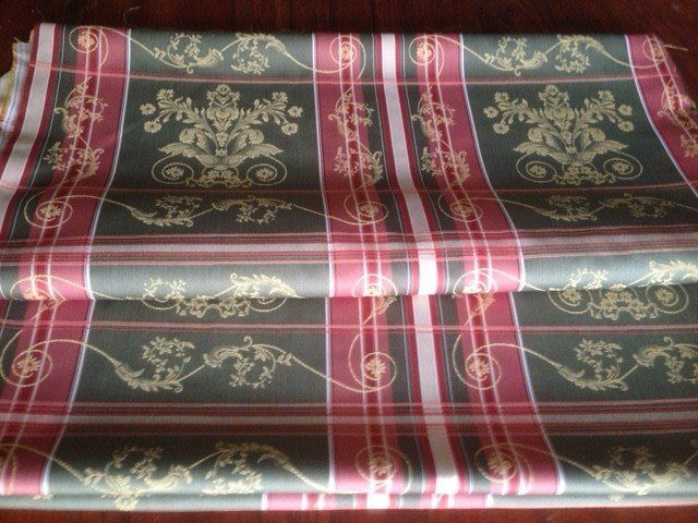 5.40 m of elegant damask striped fabric in green and coral red colours with golden Louis XVI-style leaf pattern