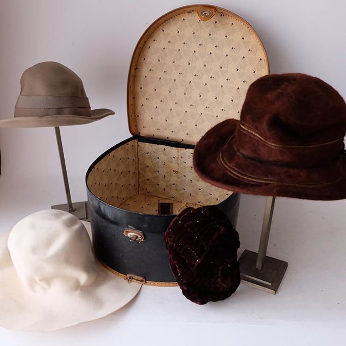 5efce8842f361 Vintage hat box with two standards and four hats
