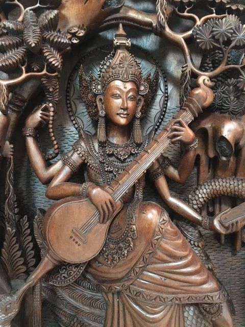 Superb wooden panel of Saraswati (signed Ardita), Bali - Indonesia - 2nd half of the 20th century (46 cm)