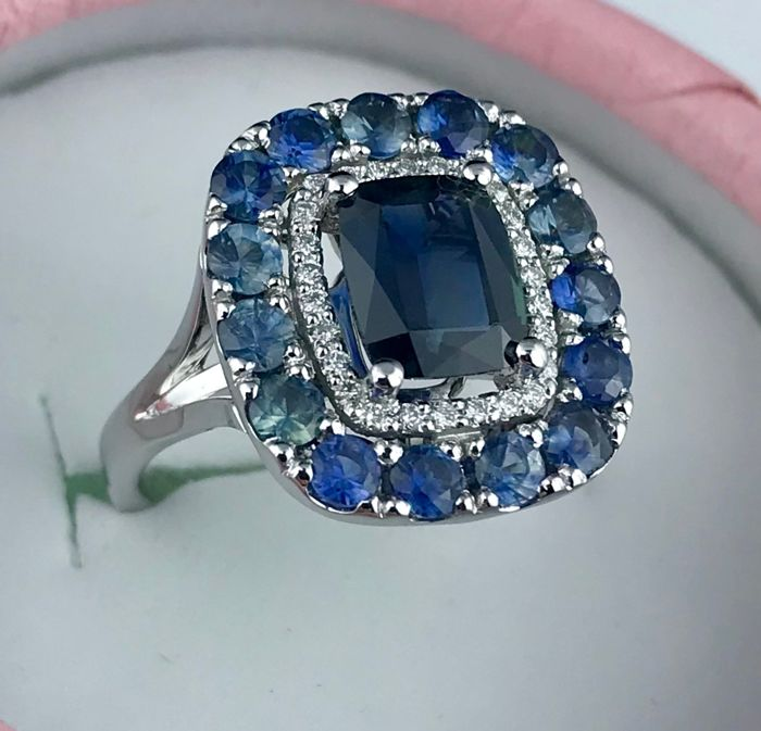 14 ct white gold Ring 6.08 g set with 2.11 ct Sappfires With blue Sappfires and Diamonds - size 17.5. MSU Certificate