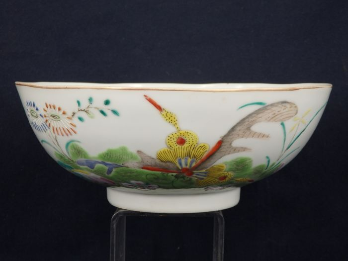 "A large famille-rose thin shell bowl with ""官窑內造"" mark- China - 19th century"