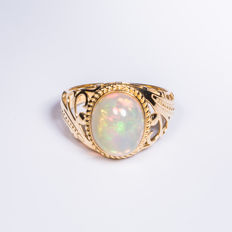 Opal, 18K gold ring. The weight of the gemstone is 2.85 CT. Total weight: 3.7 G. Ring size: 17.2 mm.