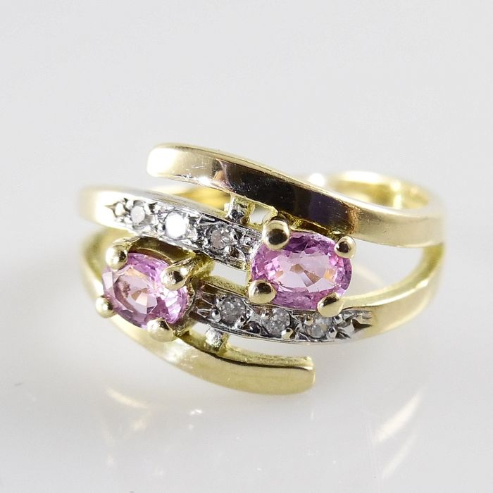18 kt gold wavy ring with 2 pink sapphires and 6 octagon cut diamonds - ring size 16.50 mm (52)