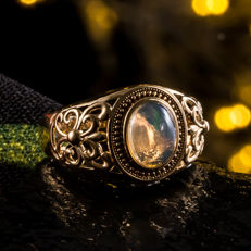 Opal, 18K gold ring. The weight of the gemstone is 1.14ct. Total weight: 5.8 G. Ring size: 18.8mm