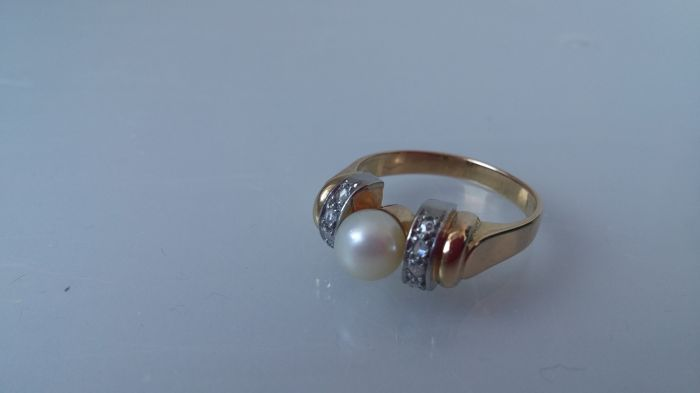 Art Deco 18 ct golden ring with diamonds and a cultivated fresh water pearl