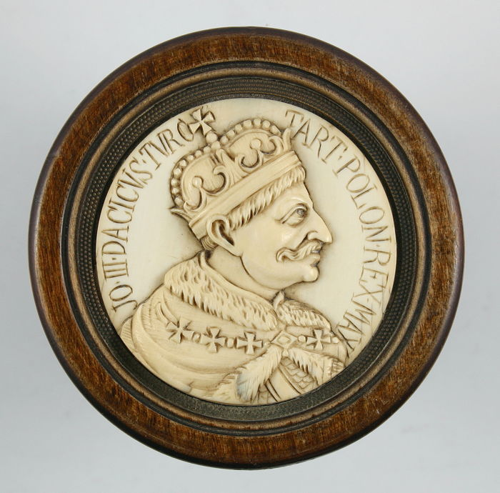Johann III Sobieski, King of Poland, 1629-1696 - Rare ivory portrait medallion in wooden frame - Ca. 1700