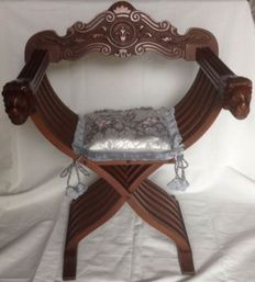 Savonarola Chair in carved wood with pillow in San Leucio damask fabric - Renaissance style -Dagobert Chair - Italy, 1960s