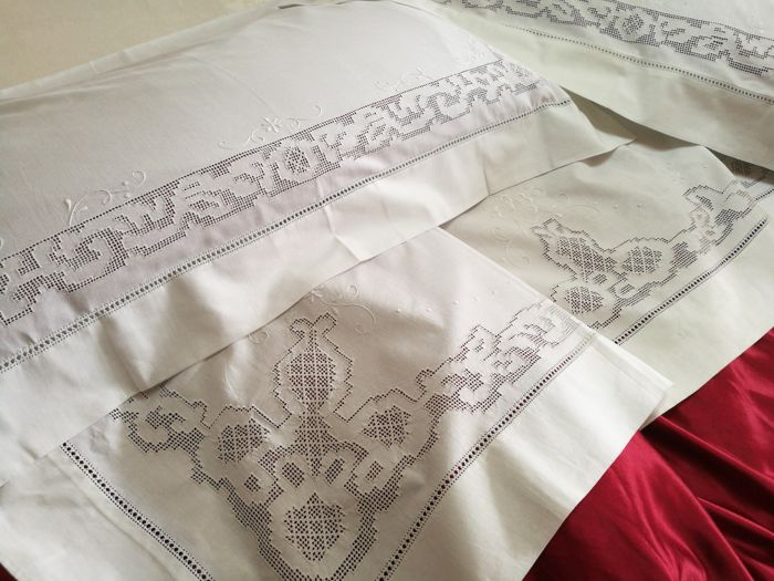 Linen double sheets, handmade embroidery with antique pulled thread. High quality Italian craftsmanship. 230 x 270 cm.