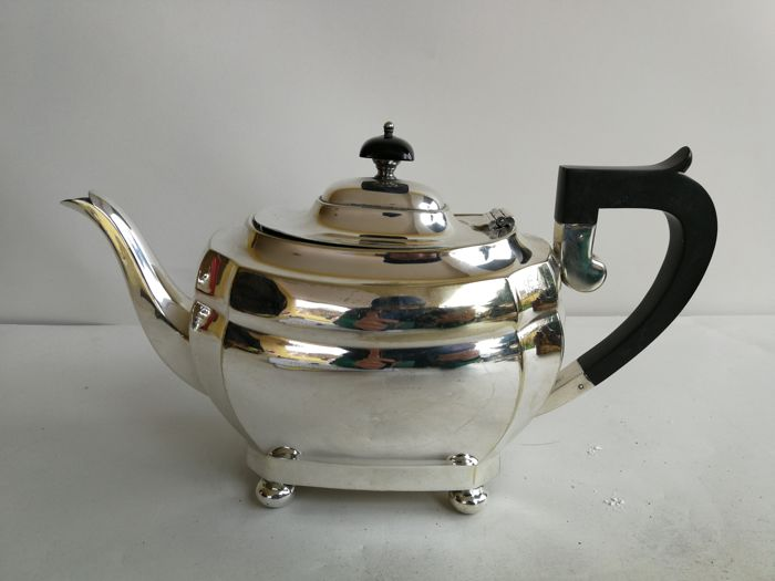 A beautiful teapot with a simple design - silver plated by D&Sg