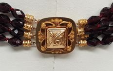 Antique 4-strand garnet necklace with a large 18 kt gold clasp