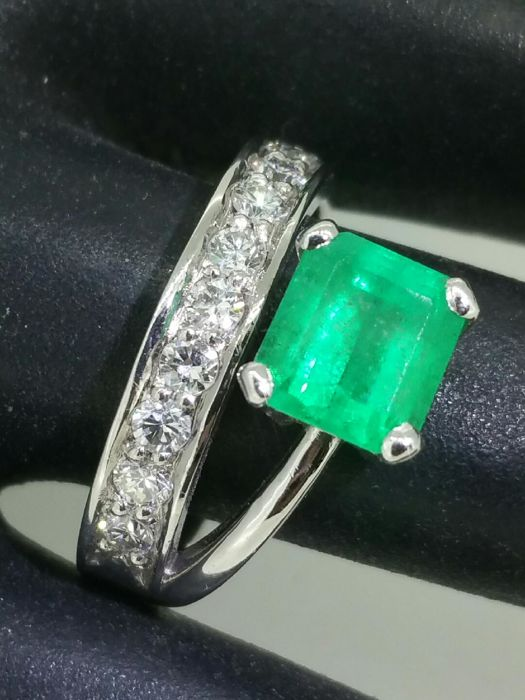 "Magnificent 2.20 ct emerald ring, 0.40 ct diamonds, ""2-in-1 engagement and wedding"" piece"