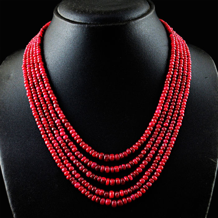 Ruby necklace with 18 kt (750/1000) gold clasp, length 50cm