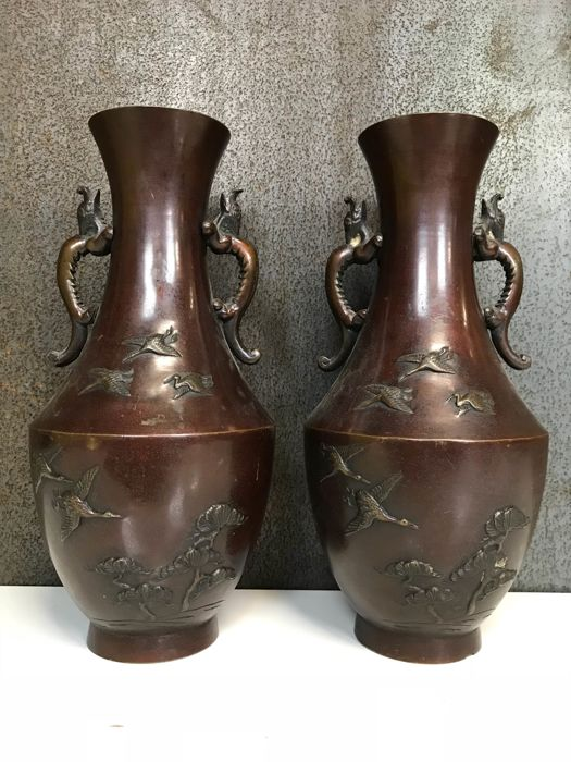 A pair of (30 cm high) beautiful decorative bronze vases - Japan - first half 20th century