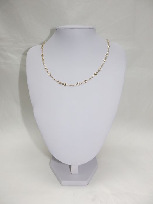 Choker in 18 kt gold with stirrud-shaped links.
