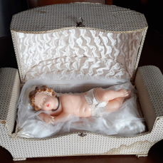 Baby Jesus made of wax - late 19th century - with motion mechanism (arm, head, and eyes) connected to a musical box - need for repair