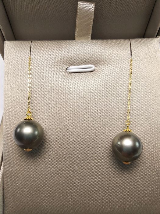 Tahiti sea pearls, 18K gold earrings. Pearl diameter: 10mm. Length: 7.3 cm.