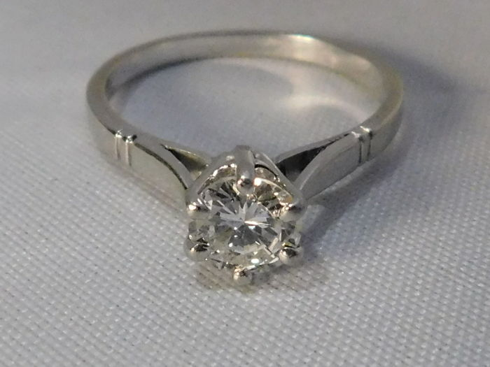 Solitaire ring in 18 kt white gold and platinum with a diamond of 0.65 ct F/G. VVS  Ring size: 53.5 EU