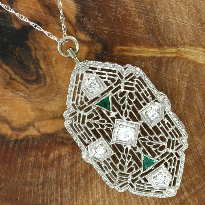 14 kt white gold Art Deco pendant set with Diamond and Emerald, with necklace