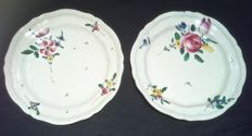 "Pair of majolica plate with ""Strasbourg flowers"" decoration Manifattura Antonio Ferretti."