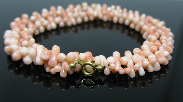 18 kt yellow gold, necklace set with pink mediterranean coral elements 7 x 3,5 mm