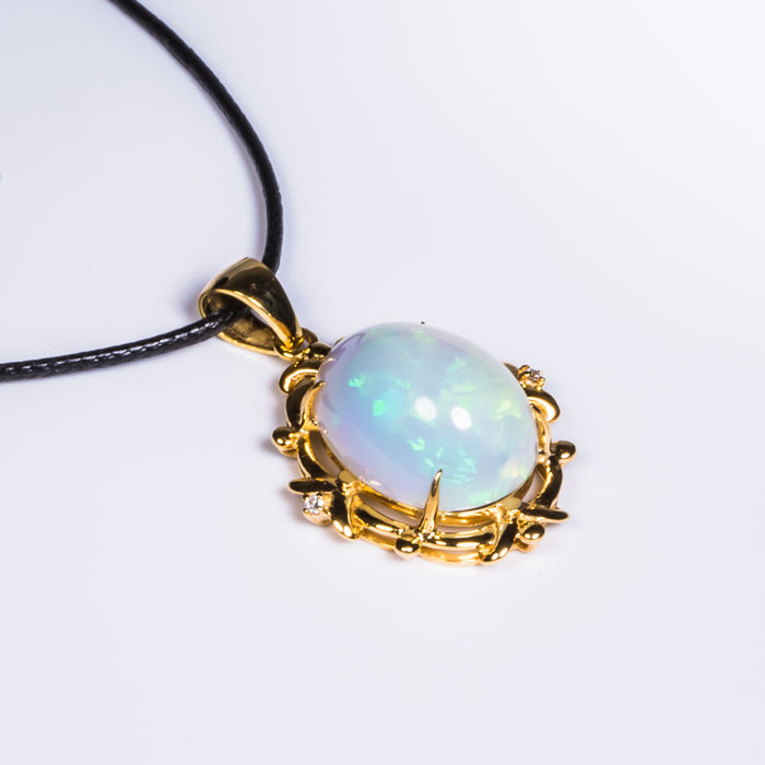 Opal DIiamond 18K gold necklace. Gemstone weight: 6.19 CT. Total weight: 4.7 G. Necklace Length: 45 cm.