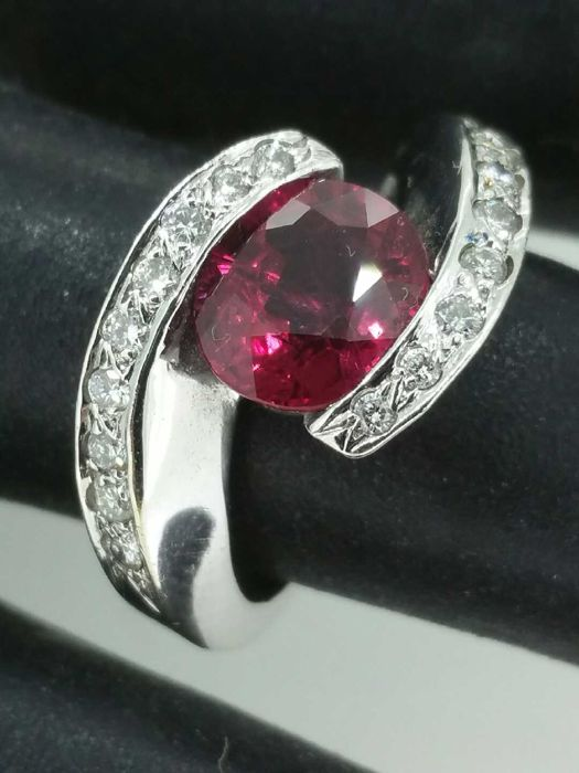 Beautiful ring with 2.30 ct red spinel and 0.50 ct of diamonds