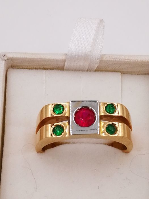 Men's ring in 18 kt gold with a ruby and emeralds