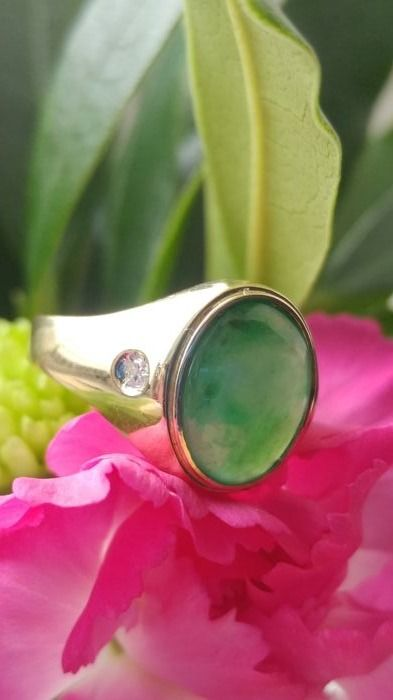 A vintage Chinese apple coloured Jadeite ring in 18kt gold with Diamonds