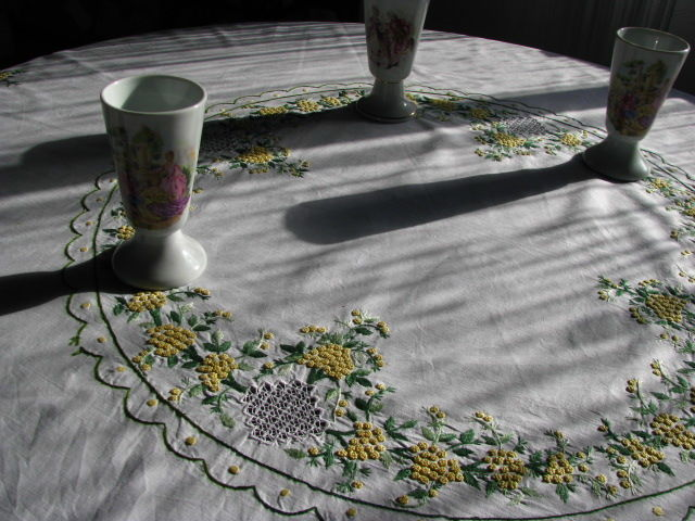 Set of linen tablecloth with hand embroideries and 3 Limoges French calices.