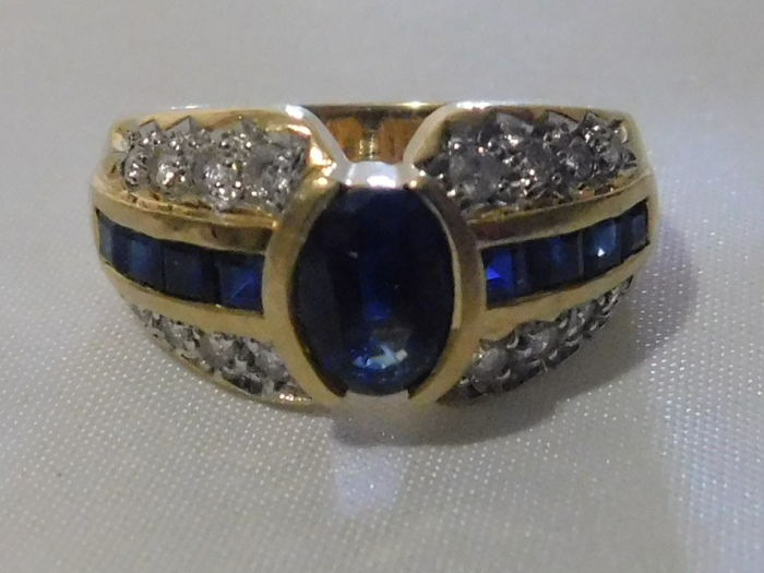 Cocktail ring in 18 kt yellow gold, with sapphire and diamonds - Finger size: 51 EU (16.4 mm). Weight: 6.1 g