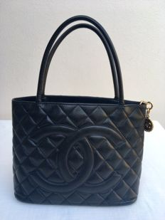 Chanel - Black Quilted Caviar Leather Medallion  Borsa tote