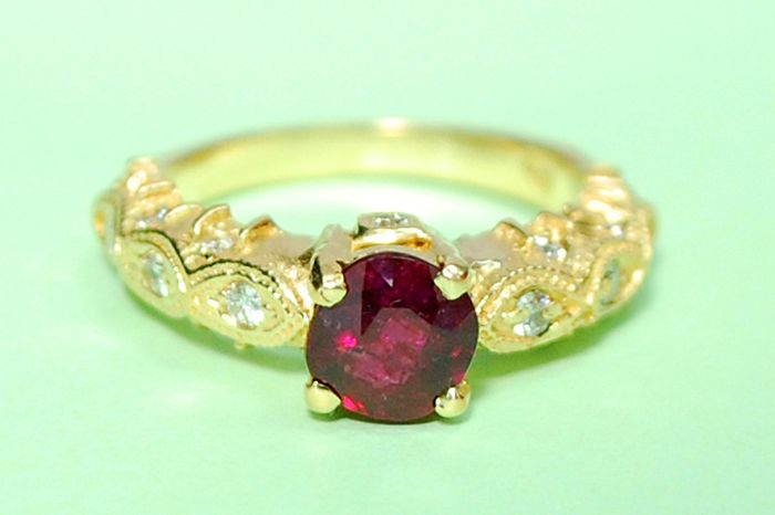 Handmade! Exclusive 18 kt yellow gold ring, Pigeon Blood red-colour ruby 1.39 ct and diamonds Total weight: 0.41 ct. No reserve price