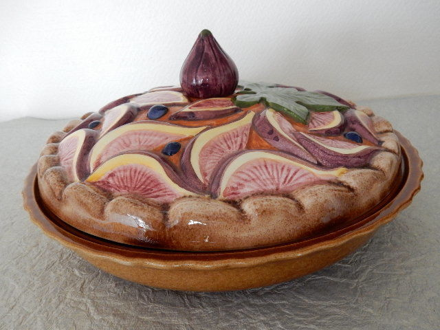 Superb pie dish with lid decorated in the shape of a large cake - Decoration of figs and blueberries - 20th century - France