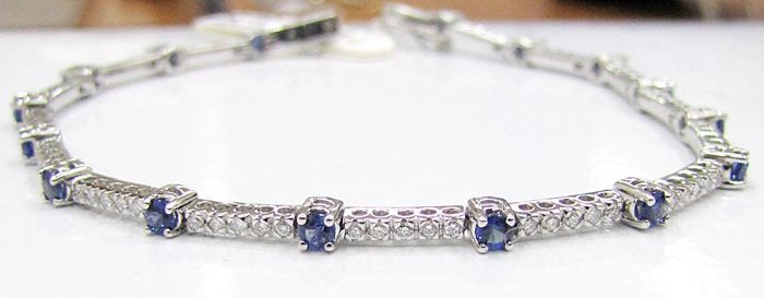 18 kt gold semi-rigid bracelet – Diamonds, 1.20 ct – Sapphires, 2 ct – Weight: 8.3 g.