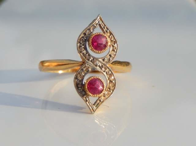 18 kt yellow gold ring with diamonds and rubies on platinum - ring size 54