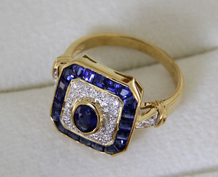 Cocktail ring in 18 kt yellow gold, with sapphires and diamonds.