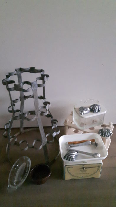 Old brocante kitchen items: scale (Lyssex), French draining rack, egg rack and salt jar, etc.