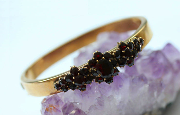 Bracelet bangle with Bohemian garnets made of 333/8kt gold, antique, from around 1900
