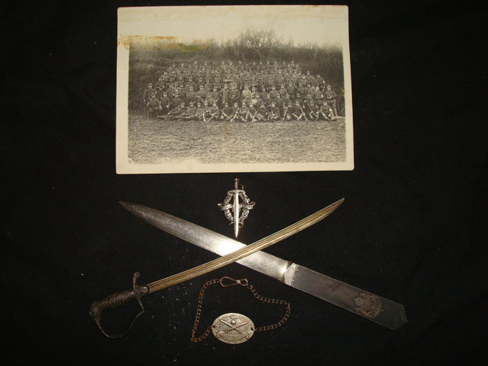 Lot 2 coup paper, photo with German soldiers from 1916, identification bracelet and French badge.