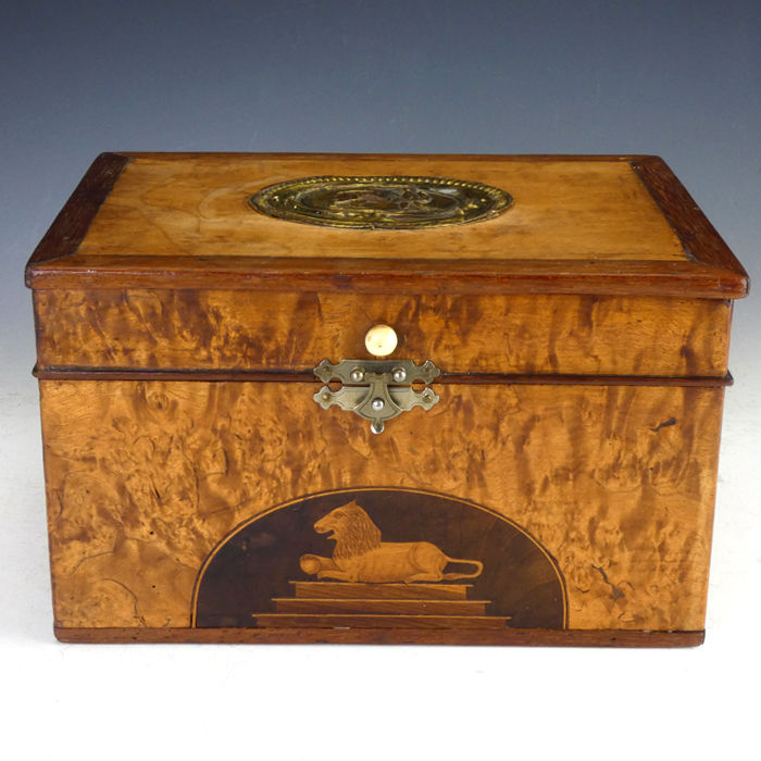 A Georgian walnut and satinwood tea caddy with inlaid marquetry lion - England - ca. 1820