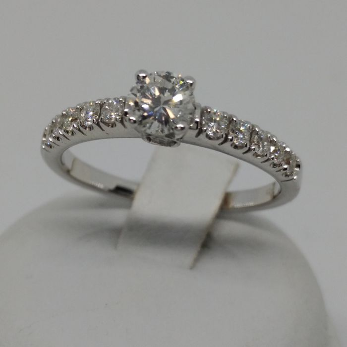 White gold solitaire ring, diamonds totalling 0.75 ct with central 0.35 ct diamond and 10 stones on the shank + 2 on the sides