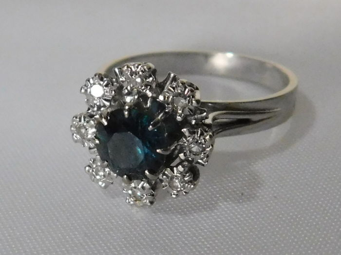 18 kt gold daisy ring, blue-green sapphire and diamonds. Ring size 17.3 mm, 54 (EU)